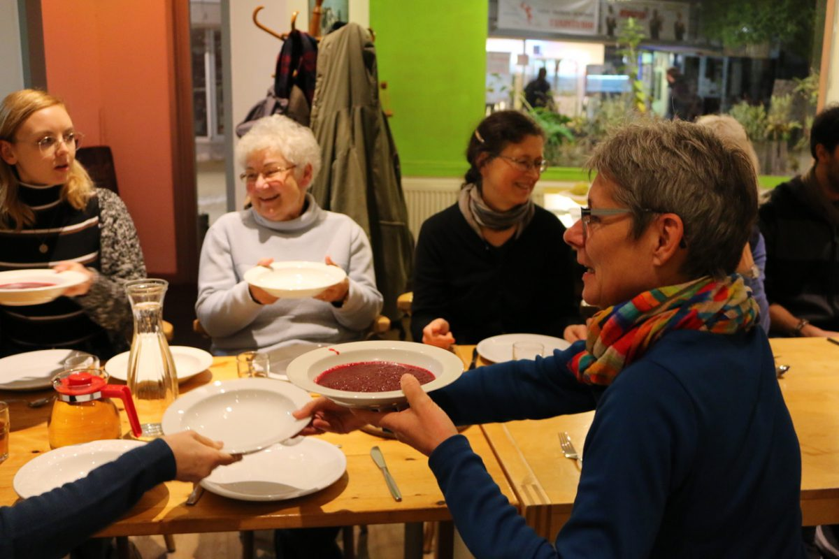 Gemeinsames Essen bei der ersten Nachbarschaftsküche