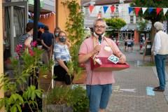 Tobias Ott stellt die Postkartenaktion für Erlangens Partnerstädte vor